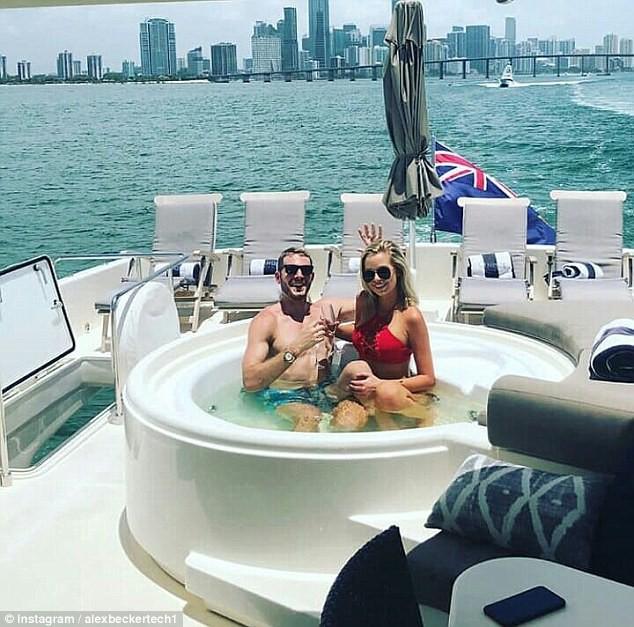 Ngâm mình trên du thuyền cùng người yêu.