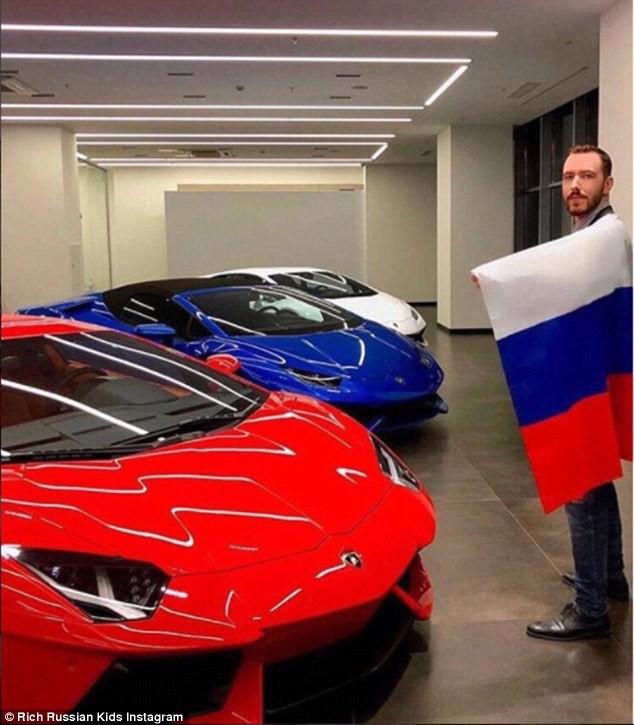 Mua hẳn ba siêu xe màu lá cờ Nga để hưởng ứng World Cup.