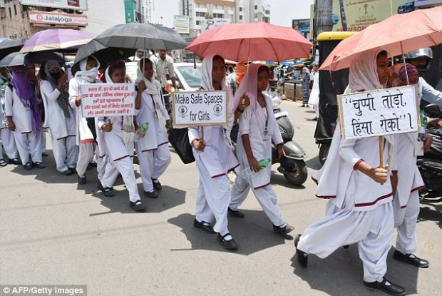 Các nữ sinh tham gia cuộc biểu tình trong im lặng phản đối những vụ cưỡng hiếp nữ sinh hồi tháng 8. Ảnh: AFP/Getty