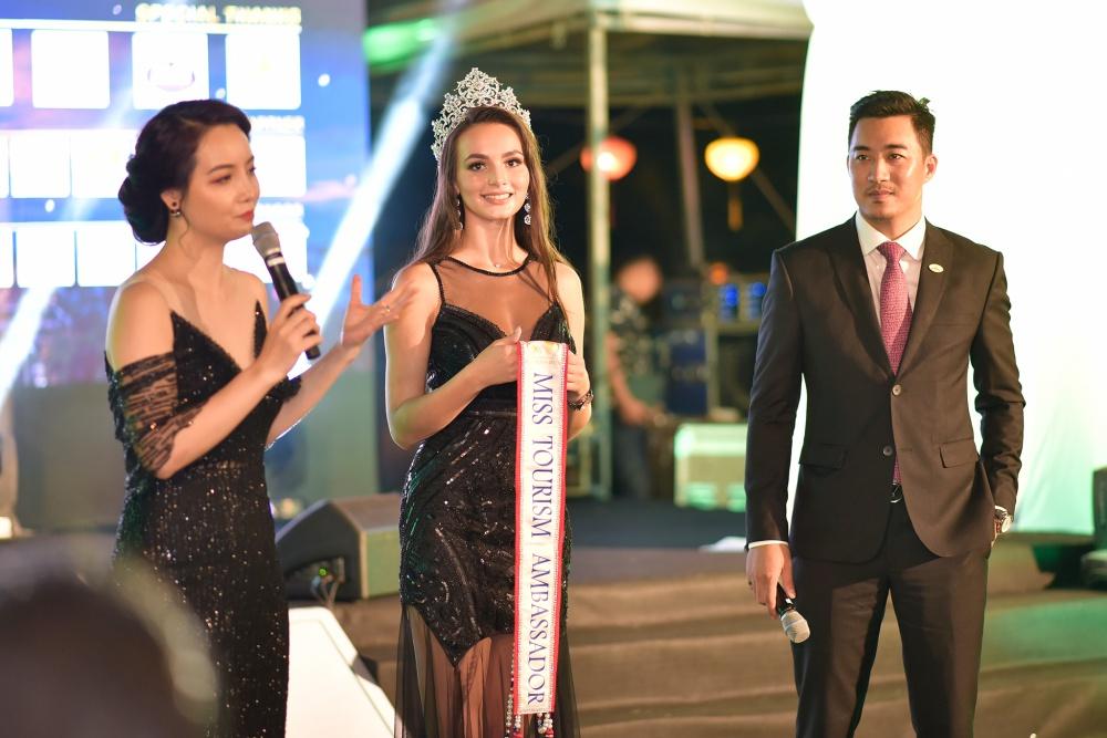 Đương kim Hoa hậu Đại sứ Du lịch Thế giới 2017 người Nga - Aibedullina Talliya xuất hiện.