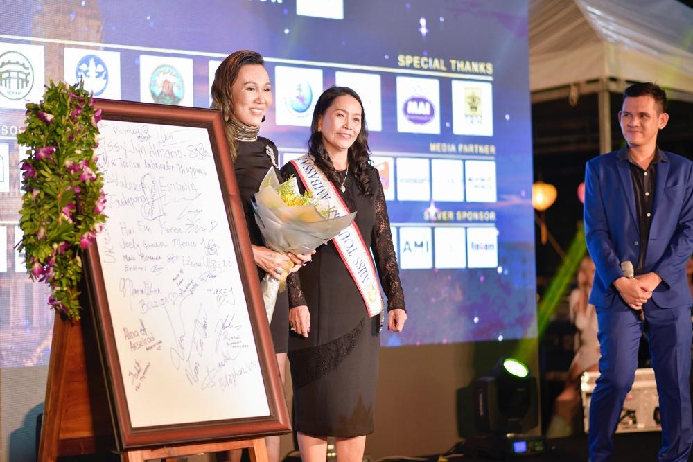 Hoa hậu Đỗ Lan bên bức tranh có chữ ký của 50 người đẹp.