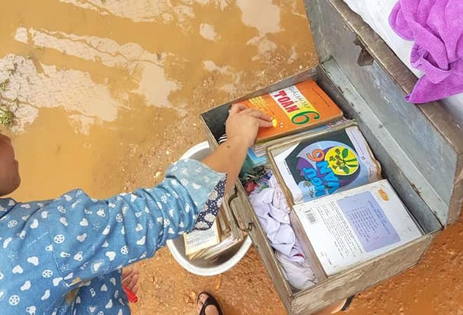 Một số ít sách học sinh còn may mắn không bị ướt do được cho vào thùng nhôm.