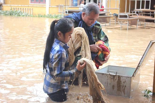 Chăn, màn của học sinh cũng bị ướt hết.