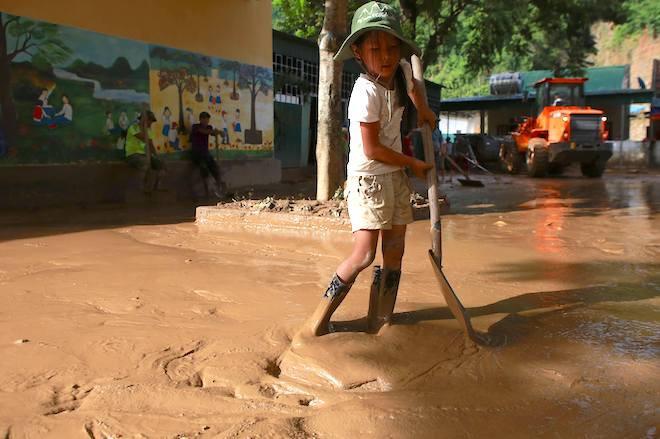 Nhiều nơi lũ rút đi để lại lớp bùn sâu nửa mét.