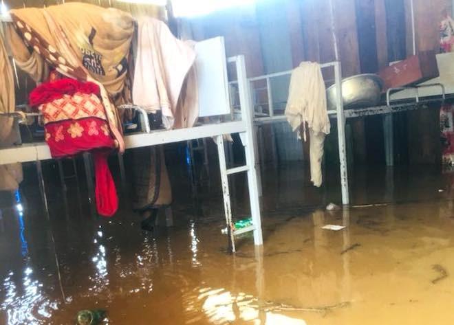Trước đó nước lũ ngập sâu khiến nhiều tài sản, sách vở, tài liệu ở trường bị nhấn chìm trong lũ.