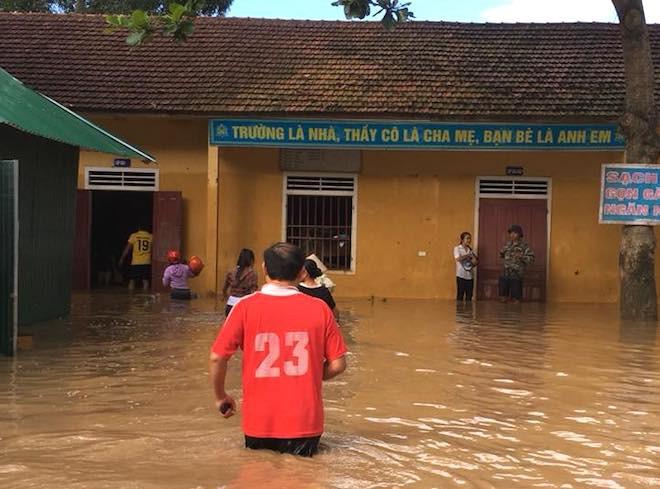 Trường THPT Dân tộc nội trú Con Cuông vẫn đang ngập trong nước lũ.