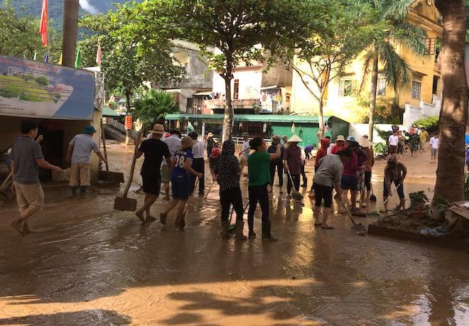 Cơn lũ đi qua, lực lượng chức năng và người dân tập trung cào bùn, khắc phục để ổn định lại cuộc sống cũng như công việc.