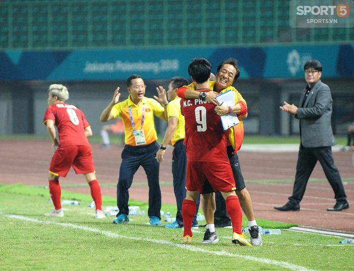 Trợ lý Lee Young-jin là cánh tay phải đắc lực của HLV Park Hang-seo. Người đàn ông 55 tuổi là người kích ngòi nổ Công Phượng ở trận đấu này. Sau khi Công Phượng ghi bàn, anh chạy đến ôm chầm lấy người thầy thể hiện sự biết ơn.
