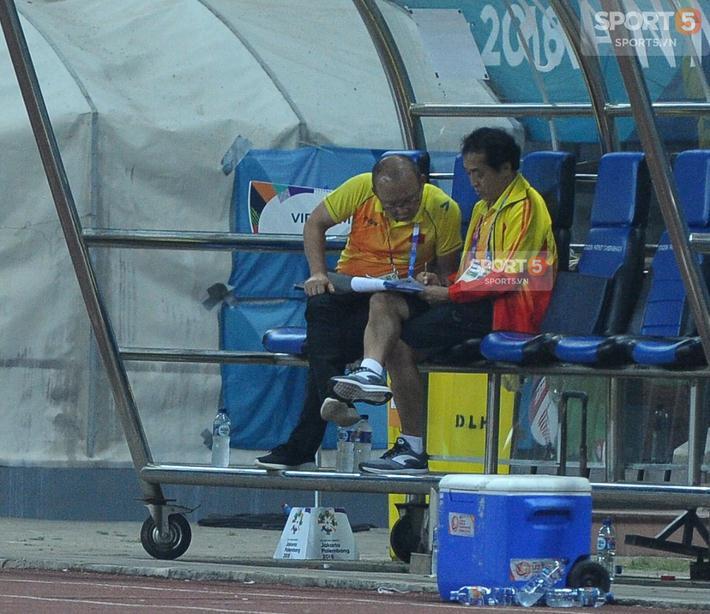 HLV Park Hang-seo cùng trợ lý Lee Young-jin bàn bạc giải pháp cho trận đấu lúc nghỉ giữa hai hiệp đấu.