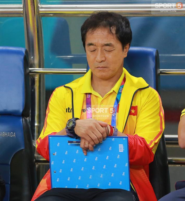 Trước đó, ở hiệp 1 và nửa đầu hiệp 2 trận đấu, đội tuyển Olympic Việt Nam gặp khó khi đối đầu với những đối thủ có lợi thế thể hình và thể lực tốt hơn. Ban Huấn luyện đã phải suy nghĩ nhiều để tìm ra giải pháp cho những phương án tấn công của đội tuyển.