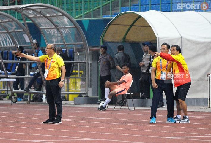Trợ lý Lee có những nhắc nhở với các cầu thủ về chiến thuật trên sân.