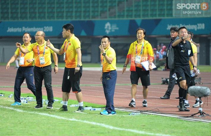 Có những thời điểm cả Ban Huấn luyện đều cùng ùa xuống đường piste để chỉ đạo các học trò trong trận đấu.