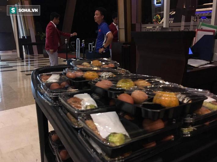 Khách sạn Aston chuẩn bị đồ ăn từ rất sớm cho U23 Việt Nam, để toàn đội khởi hành đi lên sân bay CGK (Jakarta) vào lúc 05h30.