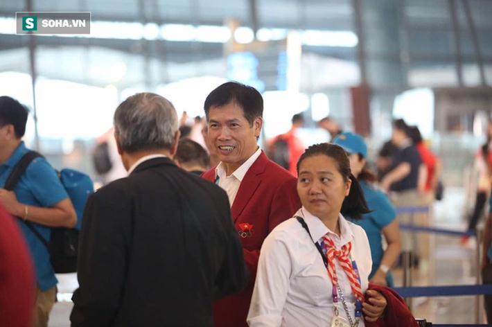 Đoàn thể thao Việt Nam làm thủ tục ở sân bay, chuẩn bị lên chuyên cơ riêng về thẳng Hà Nội.
