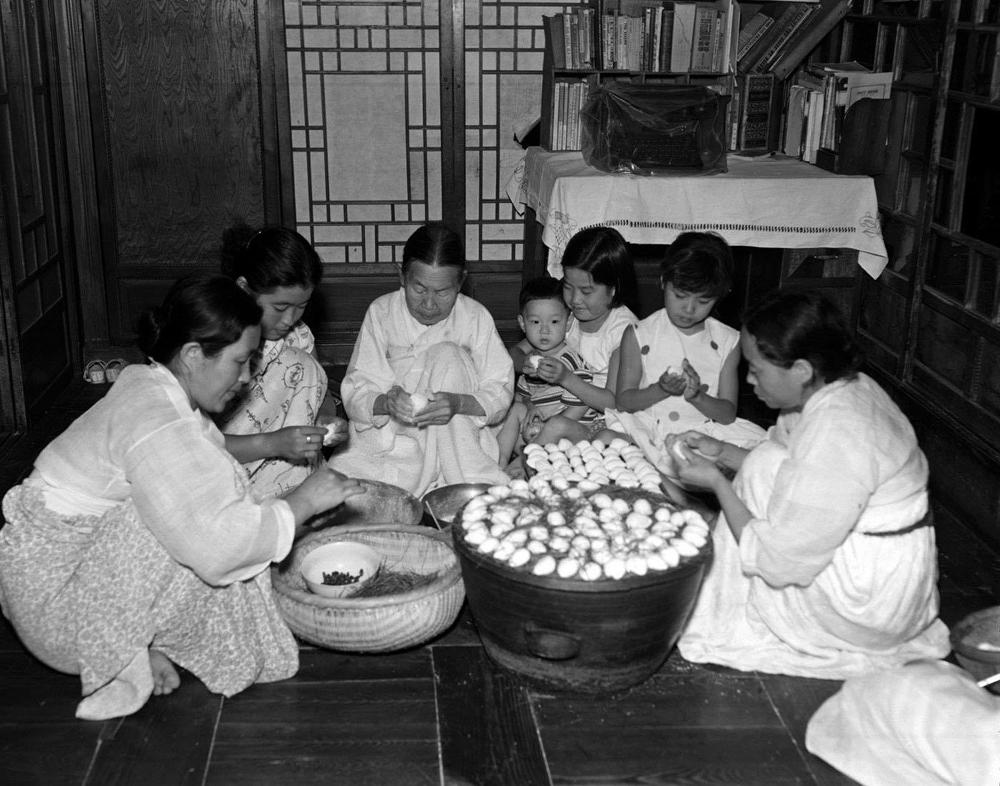 Phụ nữ Hàn Quốc quây quần nặn bánhSongPyeon.