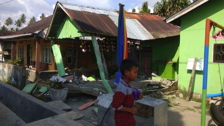 Nhiều ngôi nhà ở đảo Sulawesi bị hư hại nghiêm trọng khi liên tiếp xảy ra nhiều trận động đất trong ngày 28/9 (theo giờ địa phương). Ảnh: AP
