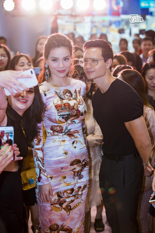 Người hâm mộchụp hình lưu niệm với cặp đôi hot nhất làng giải trí Việt.
