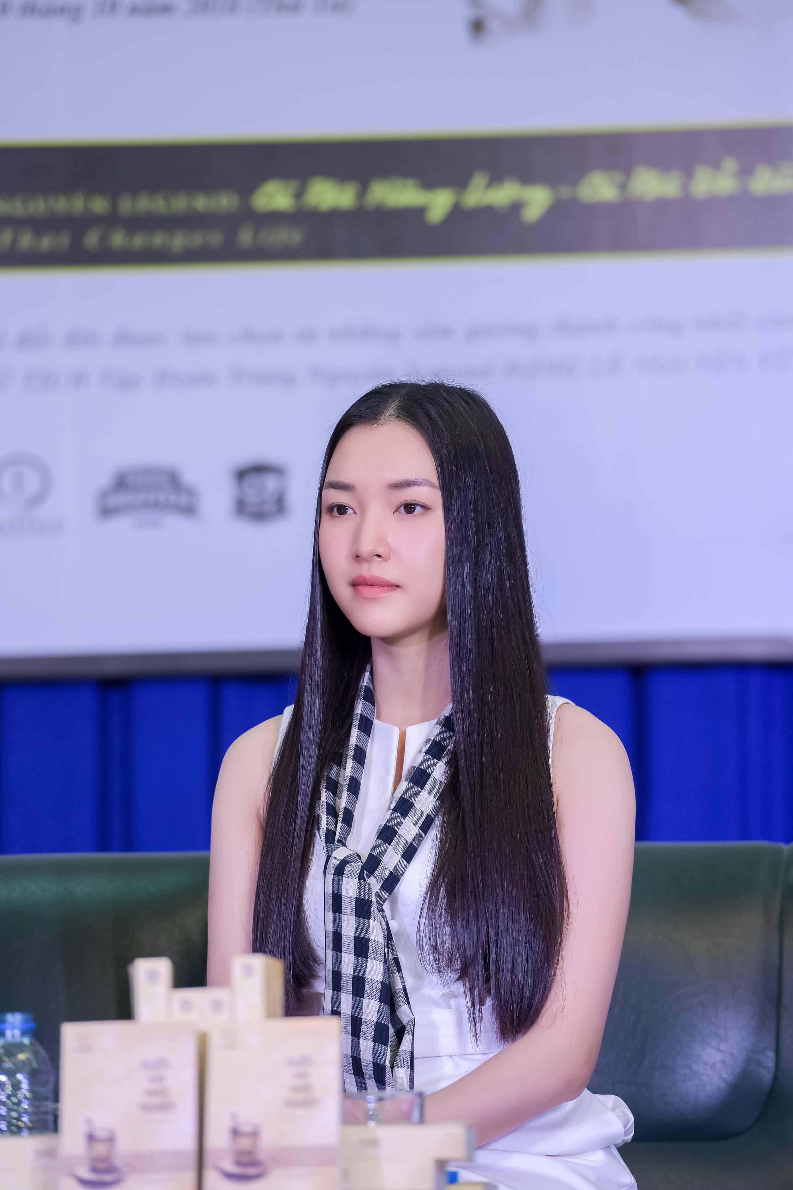 Thúy Vân, Ngọc Trân khoe nhan sắc nổi bật và chia sẻ bí quyết thành công với sinh viên 5