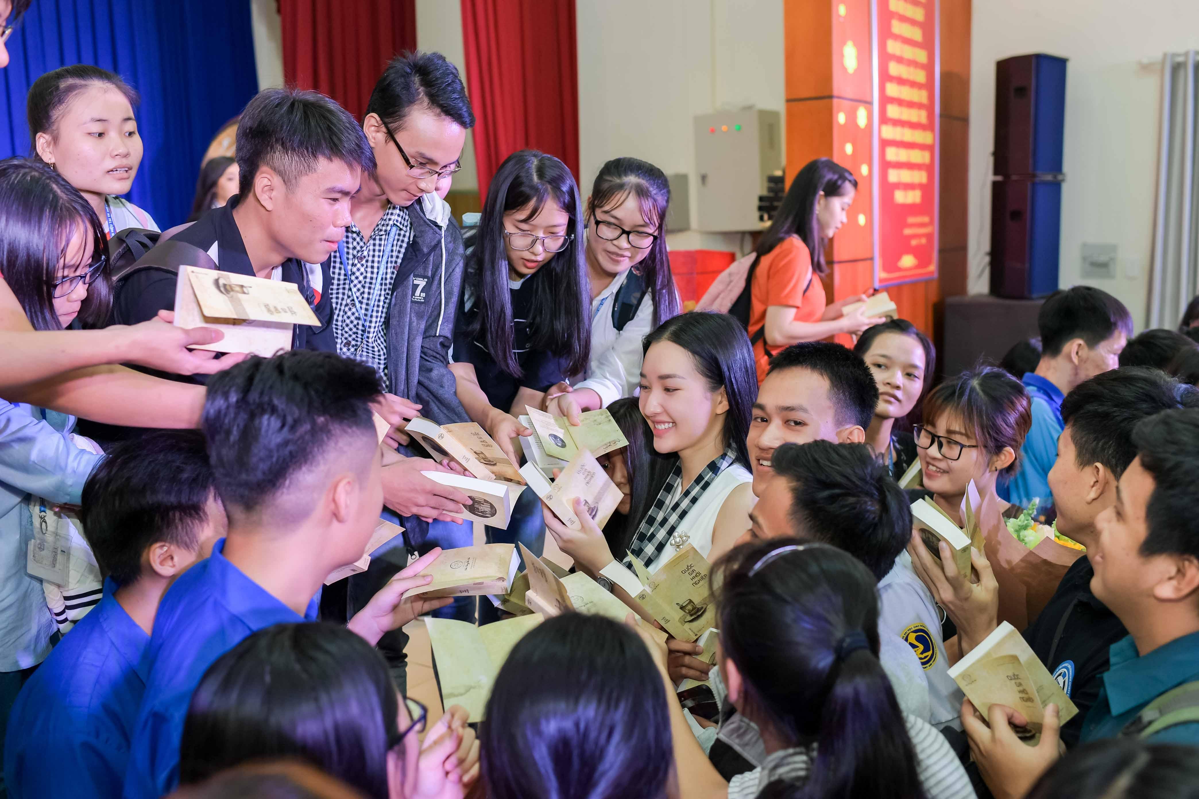 Thúy Vân, Ngọc Trân khoe nhan sắc nổi bật và chia sẻ bí quyết thành công với sinh viên 0