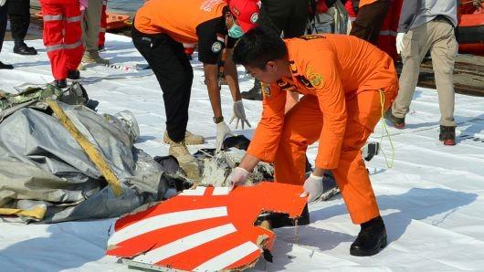 Đội cứu hộ trục vớt mảnh vỡ in logo hãng Lion Air tại cảng Tanjung Priok, Jakarta. Ảnh: Reuters