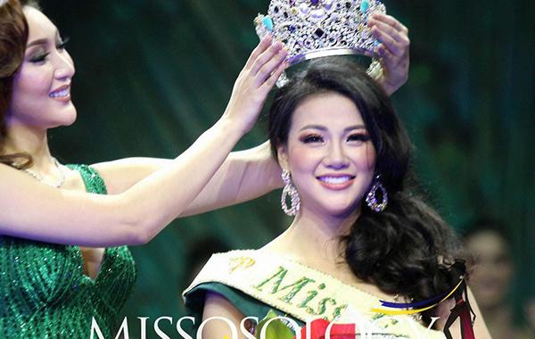 Phương Khánh trong giây phút đăng quang Hoa hậu Trái Đất.
