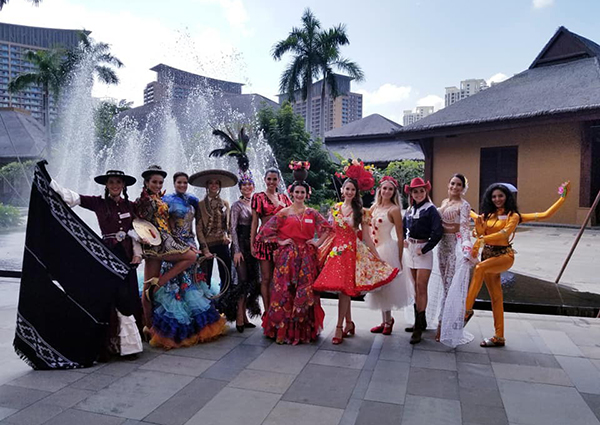 Các thí sinh chuẩn bị cho phần thi Dance of the World