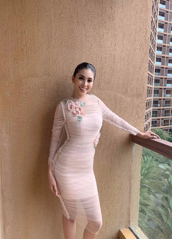 'Thả dáng' tại hậu trường Miss World 2018, Tiểu Vy nhận nhiều lời khen của khán giả quốc tế 0