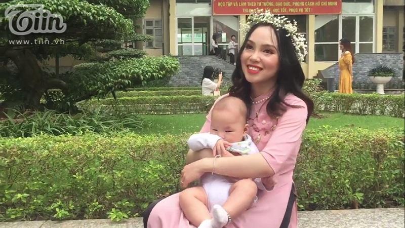Bạn Hà Thị Duyên cùng con trai đến chụp ảnh kỷ yếu