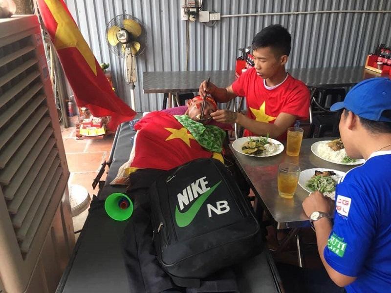 Bá Kỳ được bạn hộ tống ra Hà Nội để xem trực tiếp trận AFF Cup được mong chờ nhất tối nay