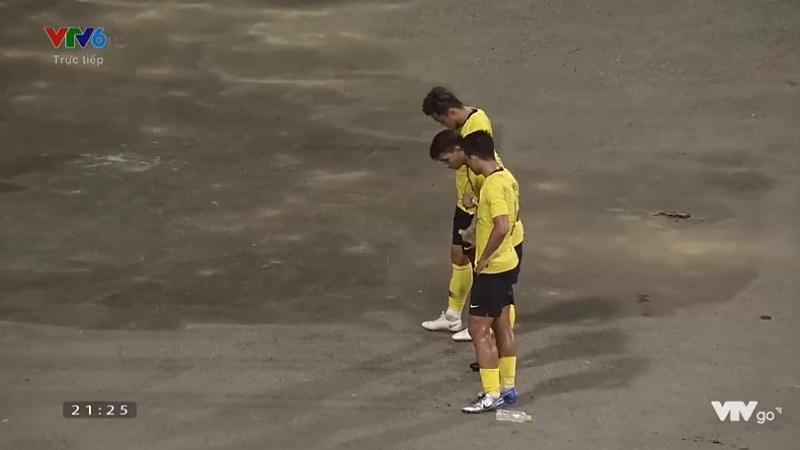 Ngay khi tiếng còi kết thúc cũng là lúc xuất hiện những giọt nước mắt và những cái cúi đầu lặng lẽ của các cầu thủ đội tuyển Malaysia (Nguồn: ảnh cắt từ VTVGo)