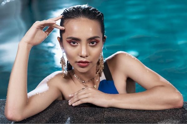 Thu Anh, Linh Chi khoe nét quyến rũ hiện đại, khỏe khoắn với làn da nâu nóng bỏng trong những bộ bikini liền thân.