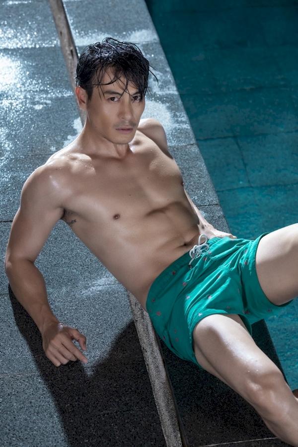 Sự quyến rũ của Trương Thanh Long không chỉ đến từ vóc dáng sáu múi săn chắc, mạnh mẽ mà còn bởi phong cách bụi bặm, trưởng thành. Anh cả của team Minh Hằng luôn luôn cuốn hút người nhìn trong những bộ ảnh khoe body nóng bỏng.