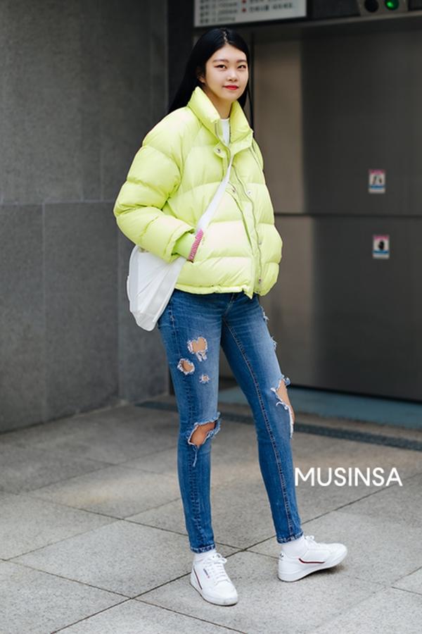 Bên cạnh khoản ấm áp thì chiếc áo phao màu vàng chanh sẽ là món đồ giúpcô nàng này có được set đồ nổi bật, thắp sáng đường phố và xua tan đi cái không khí ảm đảm trong mùa đông.