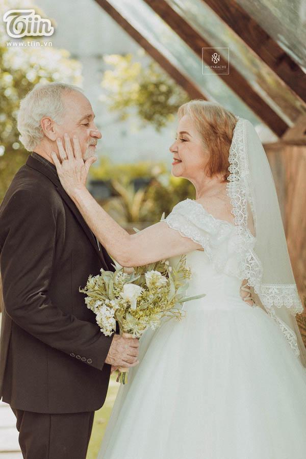 Cặp vợ chồng người Mỹ 38 năm vẫn nắm tay nhau, chọn Việt Nam chụp bộ ảnh cưới 'để đời' 9