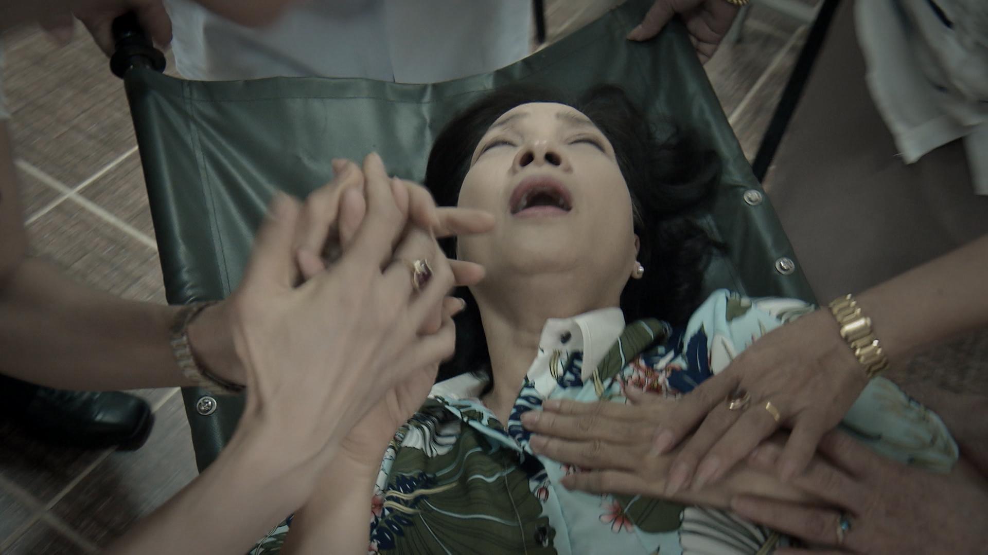 Bà Vân giả vờ lên cơn đau tim khi bị phát hiện ngủ gật trong cuộc họp.