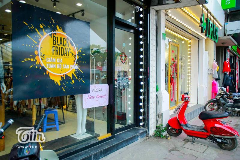 Black Friday: Xếp hàng kín cả thang cuốn, Việt Nam 'crazy' hơn Mỹ 10