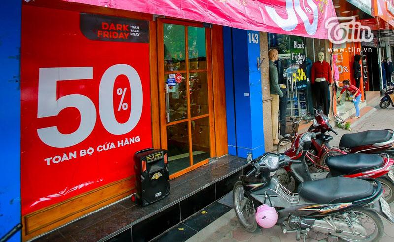 Black Friday: Xếp hàng kín cả thang cuốn, Việt Nam 'crazy' hơn Mỹ 11