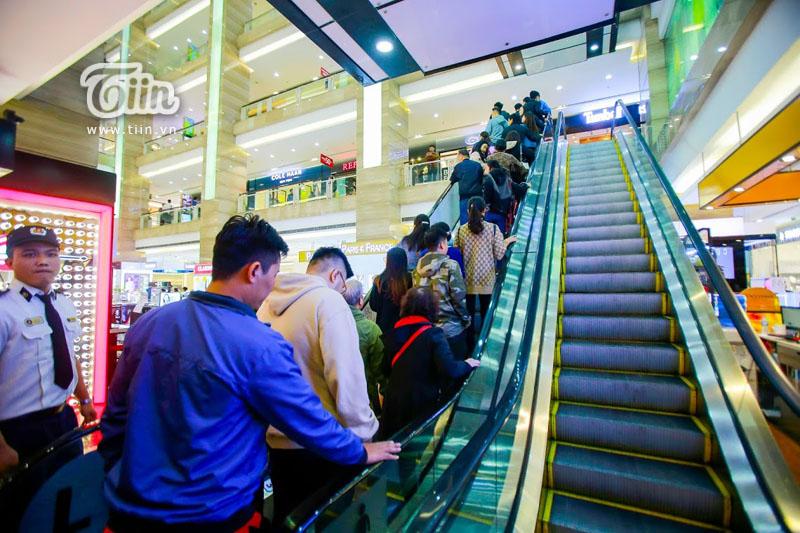 Lượng khách đổ về mua sắm ở Vincom Bà Triệu rất đông. Chiều thang cuốn đi lên luôn kín chỗ. (Ảnh: Phạm Trọng Tùng)