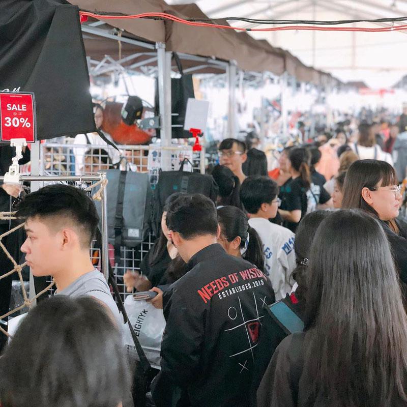 Hội chợ hưởng ứng 'ngày thứ 6 đen tối' tại Sài Gòn thu hút rất đông các bạn trẻ. (Ảnh: Hello Weekend Market)