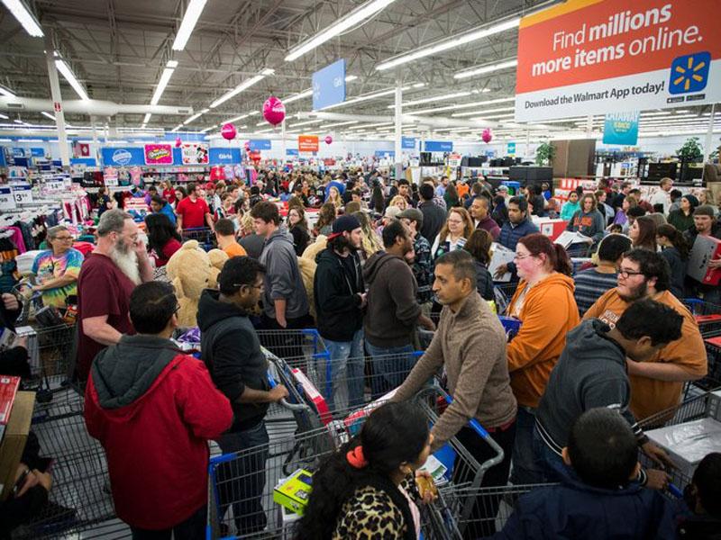 Black Friday: Xếp hàng kín cả thang cuốn, Việt Nam 'crazy' hơn Mỹ 1