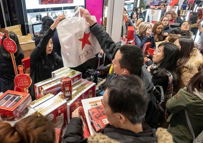 Người dân Mỹ chờ đợi từ sớm và nhanh chóng lấp đầy các khu trung tâm mua sắm trong ngày Black Friday. (Ảnh: AFP)