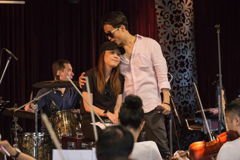 Hà Anh Tuấn tình tứ ôm hôn Mỹ Tâm trong buổi tập luyện 5