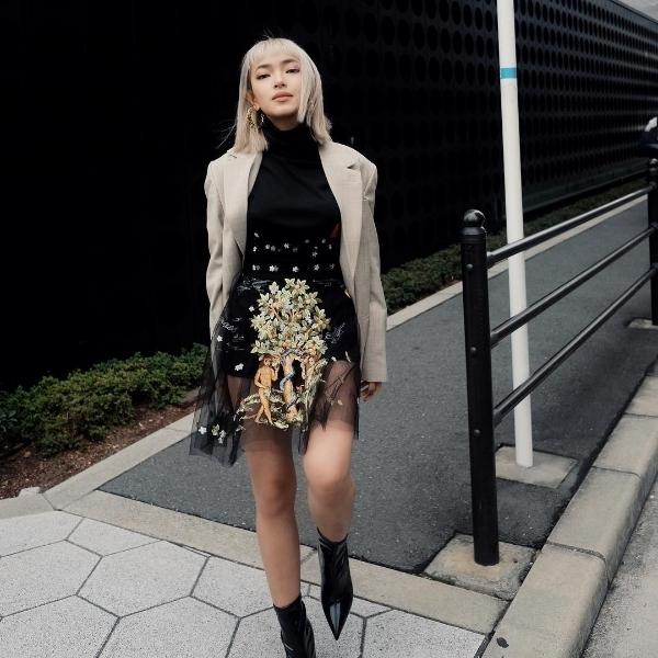 Vi vu du lịch tại Nhật Bản, ngoài việc thăm thú cảnh đẹp tại xứ sở hoa anh đào, Châu Bùi cũng không quên khoe loạt ảnh street style đẹp ngây ngất. Chứng minh đẳng cấp của một fashionista, cô nàng diện set đồ đen độc đáo của NTK Trần Hùng cùng áo blazer màu be hot trend. Đôi boots da của thương hiệuGiuseppe Zanotti là món phụ kiện cô sử dụng để hoàn thiện bộ cánh thời trang của mình.