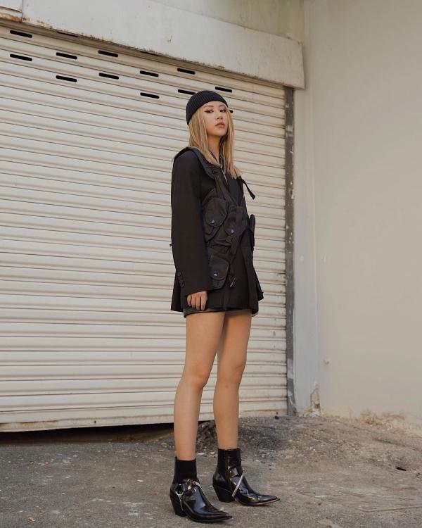Quỳnh Anh Shyncũng chẳng hề kémcạnh với cả cây đồ đen vô cùng cá tính và cool ngầu. Diện trang phục đen thôi chưa đủ, cô còn cố ý nhấn nhá thêm chiếc mũbeanie ton sur ton để tăng thêm phần cuốn hút.