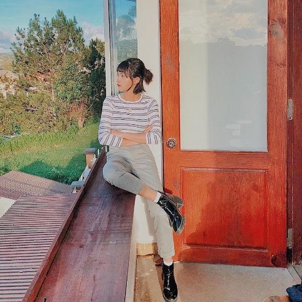 Chỉ với combo áo thun kẻ ngang + quần kaki + boots da thấp cổ, Mai Kỳ Hân đã có được một set đồ trẻ trung mà cá tính.