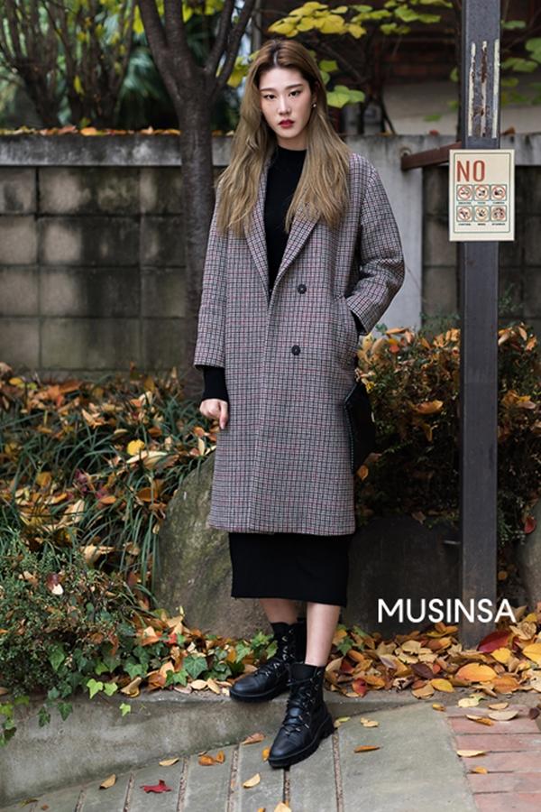 Áo dạ dáng dài là một trong những item được con gái xứ Hàn ưu ái trong mỗi dịp trờilạnh giá. Nếu một ngày mùa Đông xuống phố mà không biết mặc gì, bạn có thể áp dụng ngay công thức áo dạ + váy len + boots da nhé!