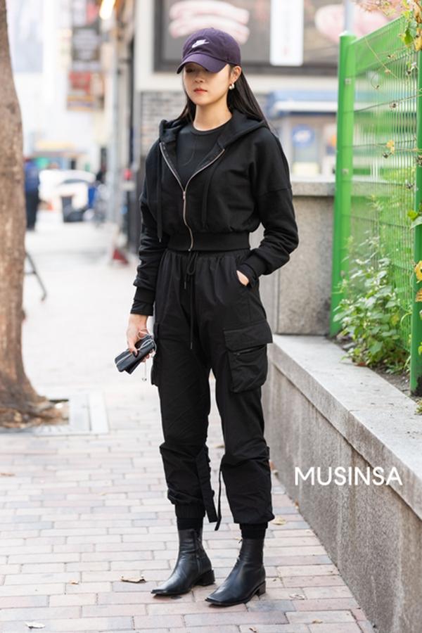 Yêu thíchxu hướng all - black cool ngầu, cô bạn này đã tạo nên một setđồ khá đơn giản nhưng lại vô cùng cá tính và tôn dáng.