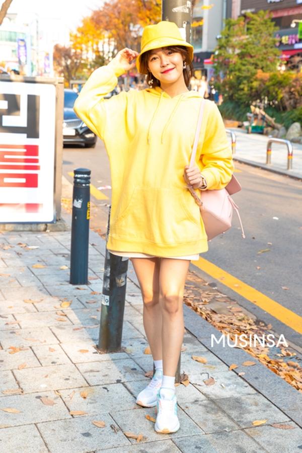 Chọn lựa tông vàng tươirực rỡlàm chủ đạo cho set đồ street style của mình, cô bạn này phối áo nỉ oversized cùng giày thể thao. Đây được xem làcông thức đơn giản giúp các bạn gái có thể vô tư khoe chân thon trong trời lạnh.