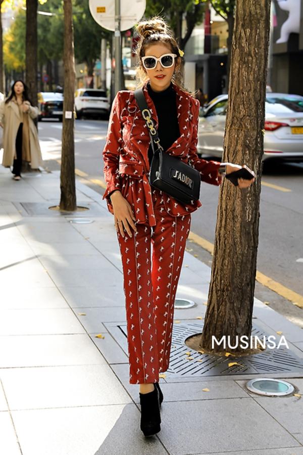 Mang tới diện mạo mới cho vẻ nghiêm túc đứng đắn của những bộ suit quen thuộc, cô bạn này đã lựa chọn trưng diệnbộ trang phục in họa tiết nổi bật, rồi phối thêm vào boots thấp cổ và túi Dior sành điệu.