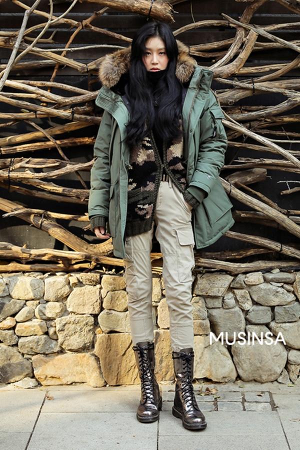 Áo phao to sụ cũng làmột trong những kiểu trang phụcphổ biến và được nhiều tín đồ xứ Hàn lựa chọn mỗi khi trời chuyển lạnh. Cô bạn này đã sử dụng kiểu áo khoác ấm áp để phốitheo phong cách layer đầy phóng khoáng với các items như áo cardigan, quần túi hộp, combat boots.